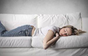 γυναίκα κρεβάτι καναπέ παίρνει ύπνος εύκολα