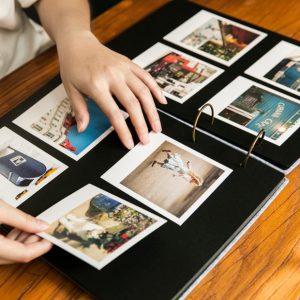 γυναίκα κολλάει φωτογραφίες άλμπουμ