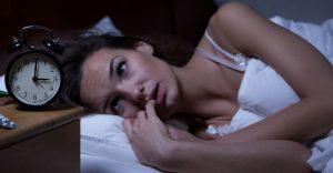 γυναίκα ξαπλωμένη κρεβάτι ρολόι