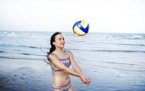 γυναίκα παίζει beach βόλει κιλά διακοπές