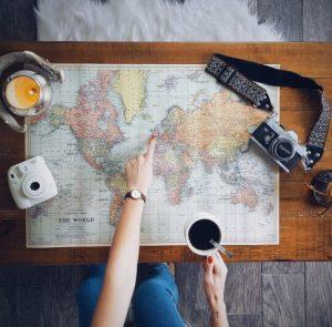γυναίκα πίνει καφέ δείχνει χάρτη