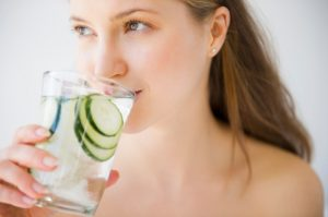 γυναίκα πίνει νερό αγγούρι