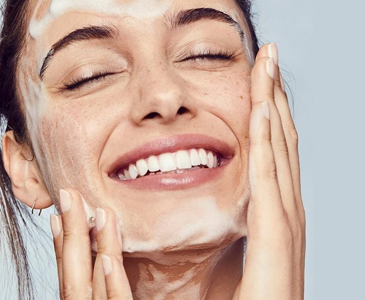 γυναίκα πλένει πρόσωπο