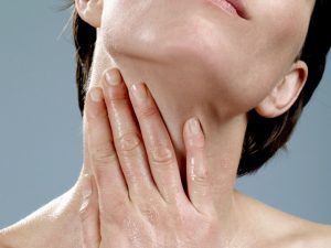 γυναίκα βάζει κρέμα λαιμό