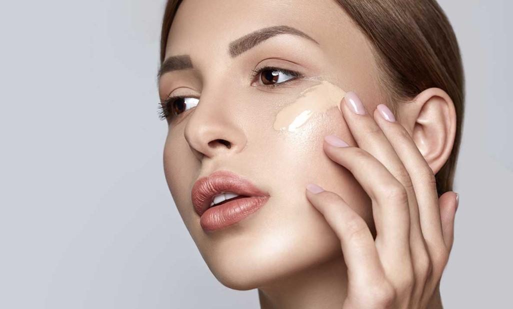 γυναίκα βάζει make up