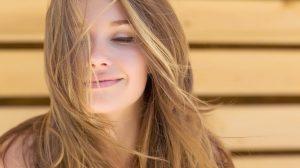καστανόξανθη γυναίκα φυσικά μαλλιά