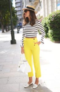 κίτρινο παντελόνι ριγέ μπλούζα