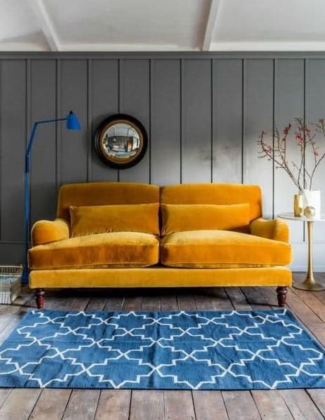 κίτρινος καναπές γαλάζιο χαλί τάσεις διακόσμησης 2021