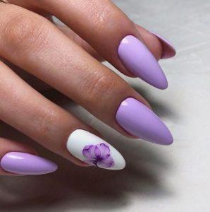λιλά νύχια με λουλούδι