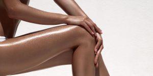 μαυρισμένα πόδια μακριά λάμψη