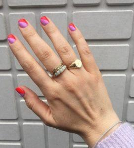 μοβ κόκκινα νύχια μανικιούρ