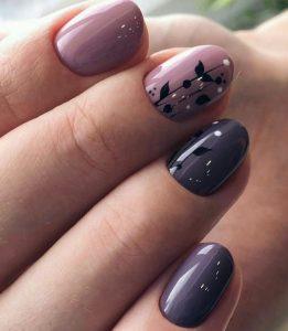 μοβ νύχια με μαύρο σχέδιο