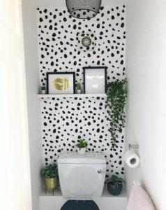 μπάνιο με ασπρόμαυρη ταπετσαρία