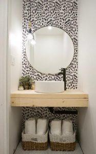 μπάνιο με ταπετσαρία άσπρο μαύρο