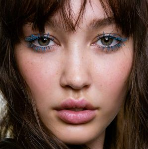 μπλε μάσκαρα καστανά μαλλιά