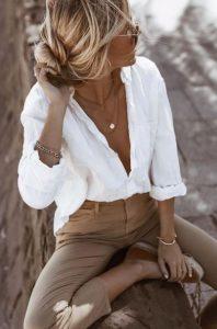 ντύσιμο με λευκό πουκάμισο και μπεζ παντελόνι