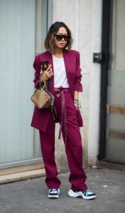 ντύσιμο με κουστούμι και sneakers