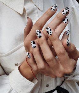νύχια με σχέδιο αγελάδας