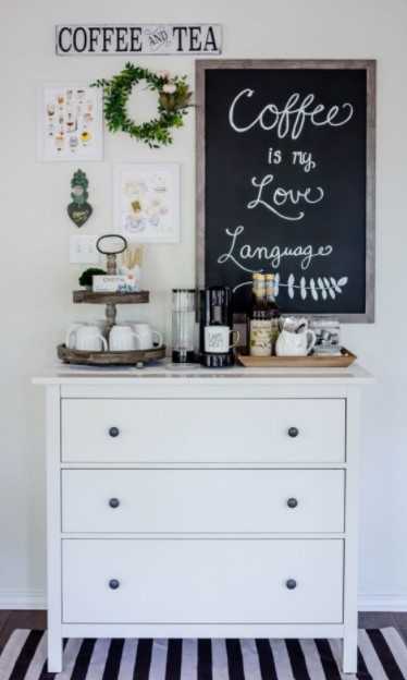 συρταριέρα καφετιέρα κούπες καφέ