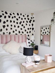 υπνοδωμάτιο με ασπρόμαυρη ταπετσαρία