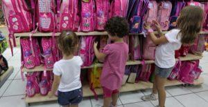 παιδια ψωνιζουν τσαντες