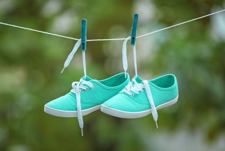 απλωμένα παπούτσια