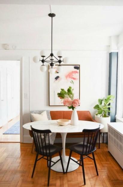 άσπρο τραπέζι λουλούδια