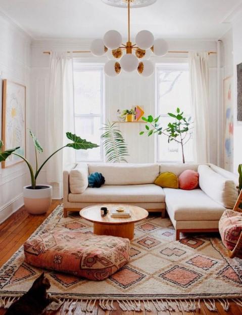 άσπρος καναπές μεγάλο χαλί σαλόνι