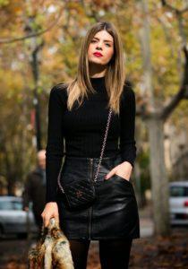 δερμάτινη μαύρη φούστα μαύρη μπλούζα