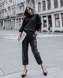 δερμάτινο μαύρο παντελόνι μαύρη μπλούζα
