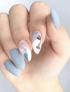 γαλάζια νύχια με αφηρημένη τέχνη
