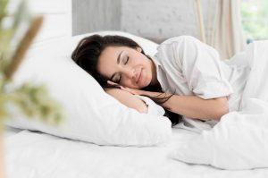 γυναίκα κοιμάται κρεβάτι