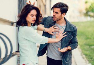 γυναίκα σπρώχνει άντρα μαλώνουν χαρακτηριστικά μη υγιούς αγάπης