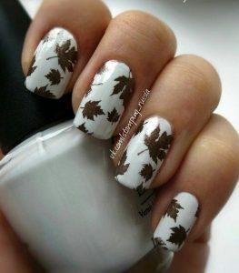 καφέ άσπρα νύχια με φύλλα
