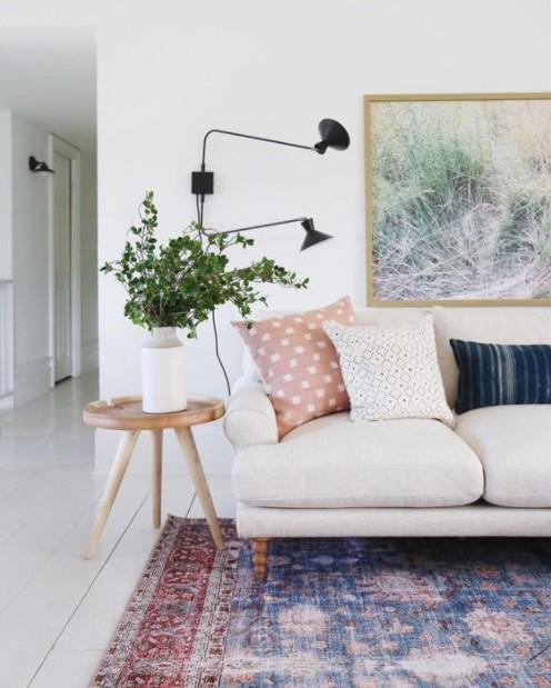 καναπές πίνακες φωτιστικό τοίχου διακόσμηση μικρών χώρων