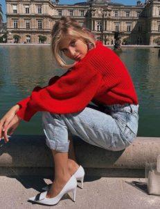 κόκκινο πουλόβερ τζιν παντελόνι