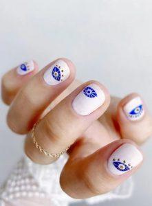 λευκά νύχια με μπλε ματάκια