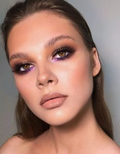 μακιγιάζ με μοβ σκιά κάτω από το μάτι