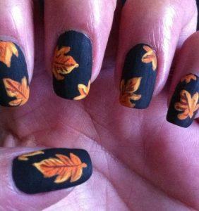 μαύρα νύχια με φύλλα