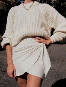 μαύρη κρουαζέ φούστα άσπρο πουλόβερ