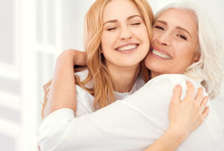 μητέρα και κόρη αγκαλιά χαρούμενες