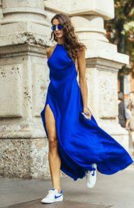 μπλε ηλεκτρίκ halter φόρεμα sneakers
