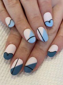 μπλε νύχια με περίεργα σχέδια