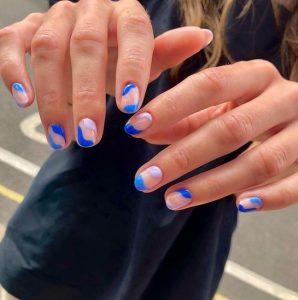 μπλε νύχια με σχεδιάκια