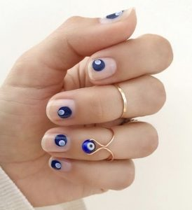 νύχια με μπλε ματάκια