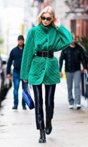 πράσινο παλτό δερμάτινο παντελόνι χρώματα ρούχων ξανθιές