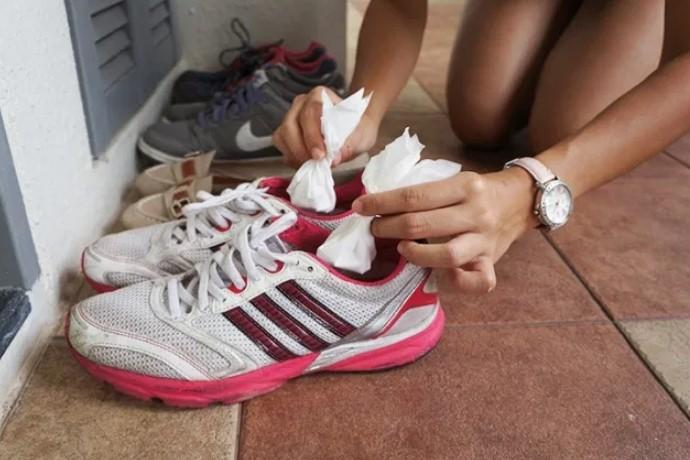 σόδα στα παπούτσια για τις μυρωδιές
