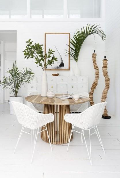 τραπεζαρία φυτά άσπρες καρέκλες