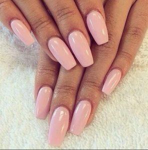 ανοιχτό ροζ χρώμα στα νύχια