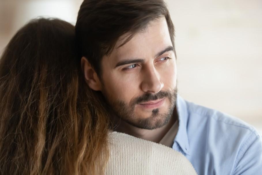 άντρας αγκαλιάζει γυναίκα